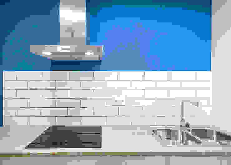 Diseño de cocina de Grupo Inventia Moderno Azulejos