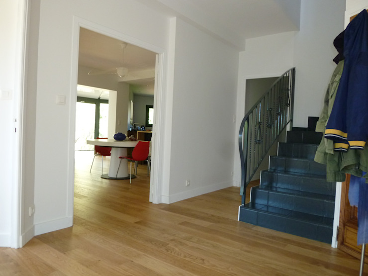 entrée après travaux Couloir, entrée, escaliers modernes par FARACHE CLAUDE Moderne