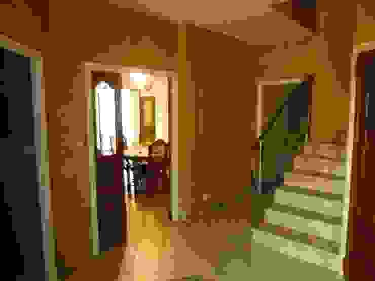 Entrée avant travaux Couloir, entrée, escaliers modernes par FARACHE CLAUDE Moderne