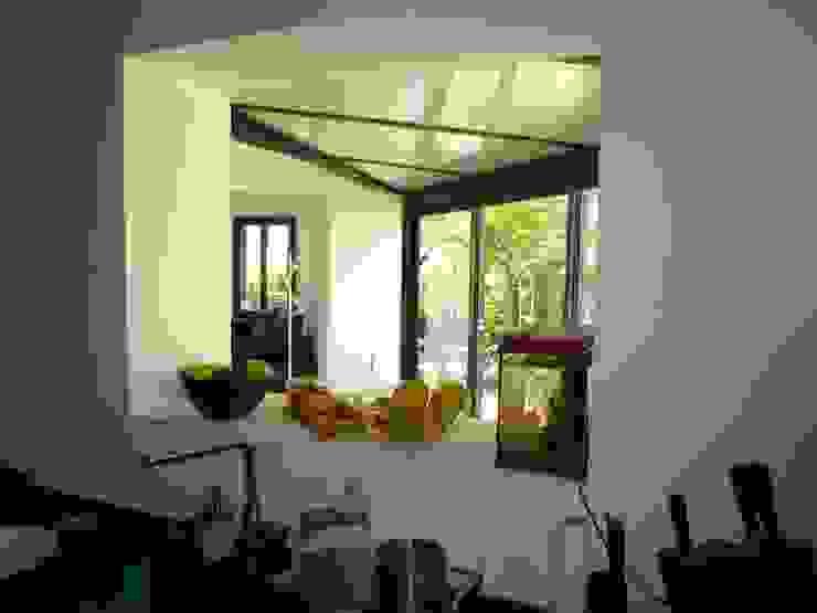Vue de la véranda depuis cuisine Cuisine moderne par FARACHE CLAUDE Moderne