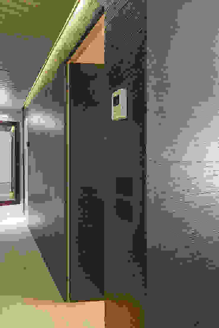 Appartamento privato a Bergamo Ingresso, Corridoio & Scale in stile moderno di Resin srl Moderno