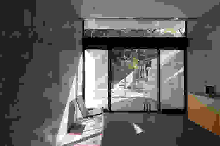 Modern Living Room by 風景のある家.LLC Modern