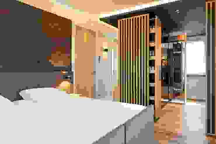 Bed en inloopkast Moderne slaapkamers van De Suite Modern