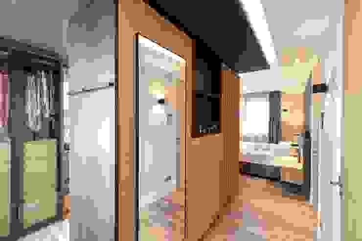 Inloopkast op maat Moderne slaapkamers van De Suite Modern