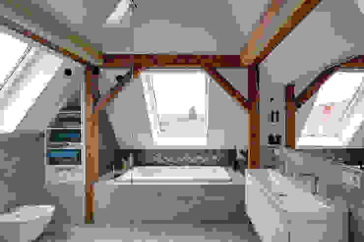 Architekturbüro zwo P Modern bathroom Tiles Grey