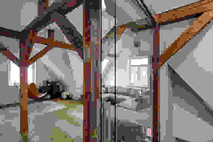 Architekturbüro zwo P Modern living room Wood Brown