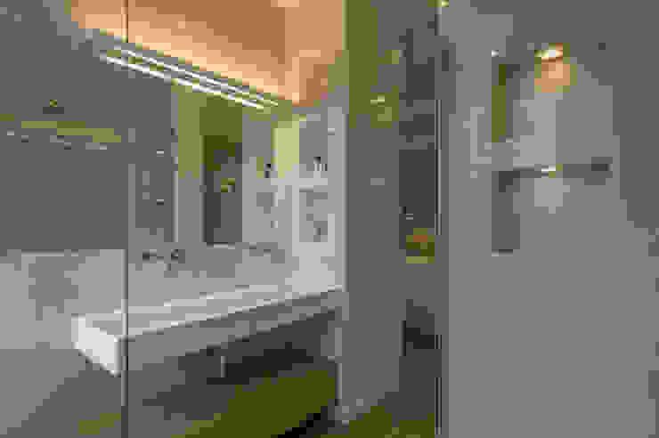 Archifacturing Baños de estilo minimalista Mármol Blanco