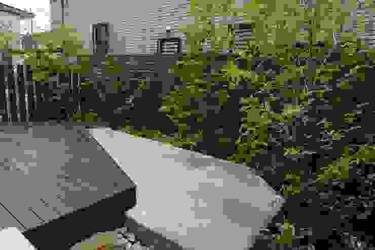 庭良/高橋良仁庭苑設計室 Modern style gardens