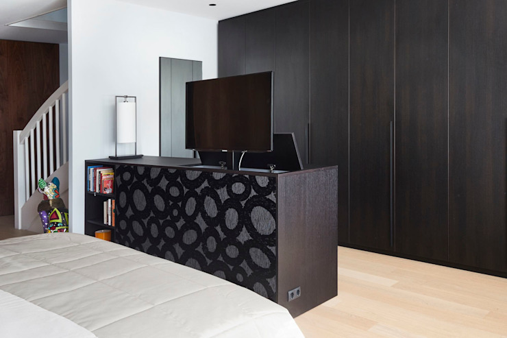TV kast met lift: modern  door De Suite, Modern