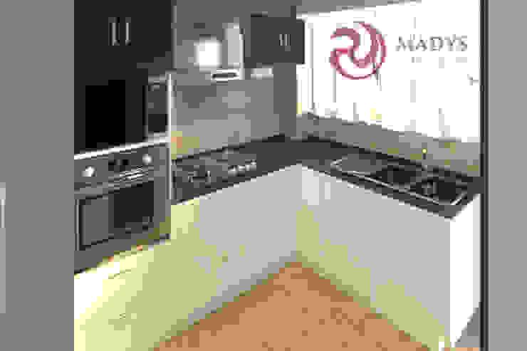 Cocina sobre diseño de MADYS INTERIORES Moderno