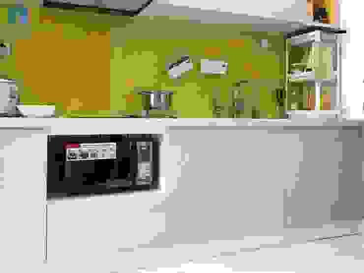 Tủ bếp gỗ công nghiệp âm tường đụng trần, kính ốp bếp giúp cho việc lau chùi và dọn dẹp dễ dàng hơn bởi Công ty TNHH Nội Thất Mạnh Hệ Hiện đại Gạch ốp lát