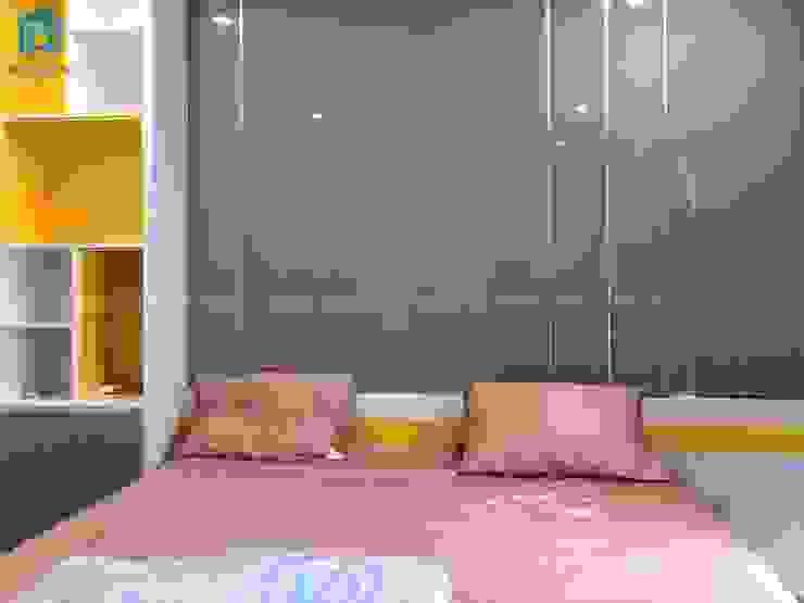 Vách ốp tường màu xám phủ acrylic sáng bóng và những đường ron vàng bắt mắt Phòng ngủ phong cách hiện đại bởi Công ty TNHH Nội Thất Mạnh Hệ Hiện đại Gỗ Wood effect
