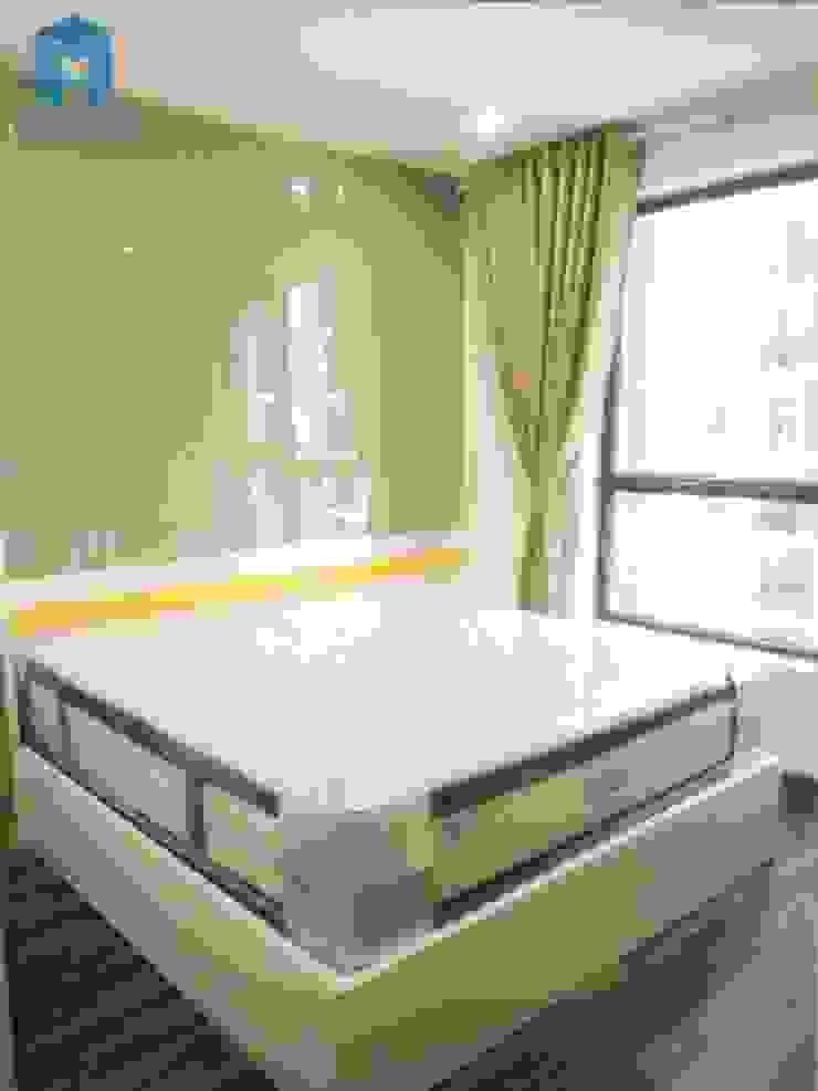 Phòng ngủ được đạt sát cửa sổ bởi Công ty TNHH Nội Thất Mạnh Hệ Hiện đại Gỗ thiết kế Transparent