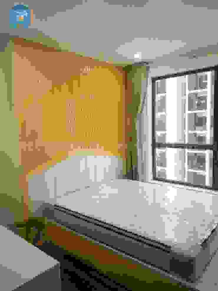 Đầu giường được ốp bằng các nan gỗ màu vàng tạo hình mái nhà, giường được đặt sát cửa sổ bởi Công ty TNHH Nội Thất Mạnh Hệ Hiện đại Gạch ốp lát