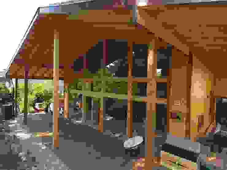 THULE Blockhaus GmbH - Ihr Fertigbausatz für ein Holzhaus Scandinavian style balcony, veranda & terrace Wood Brown