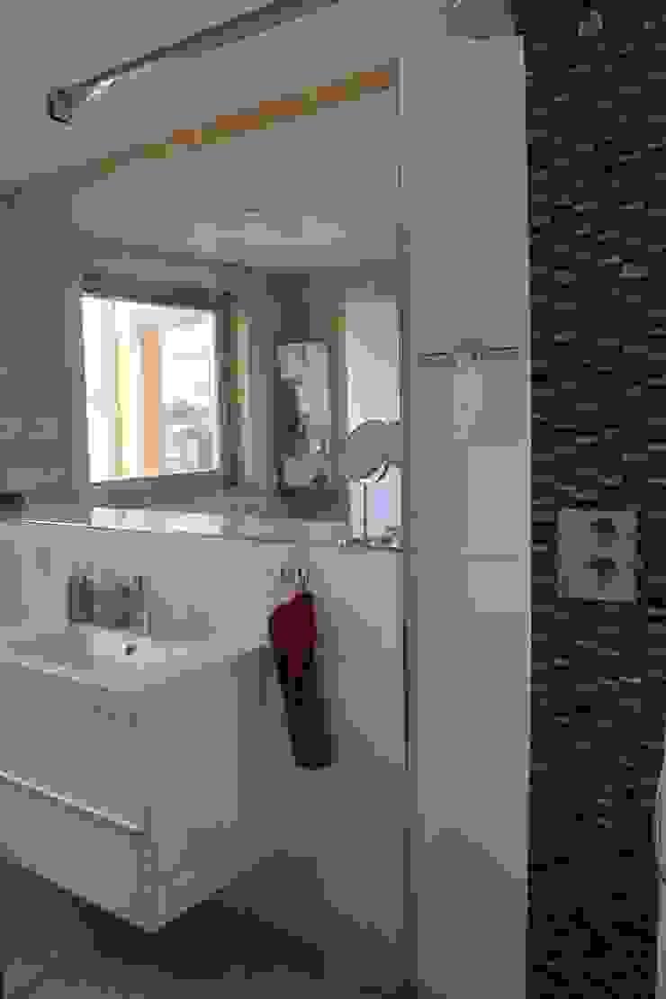 THULE Blockhaus GmbH - Ihr Fertigbausatz für ein Holzhaus Scandinavian style bathroom Tiles White
