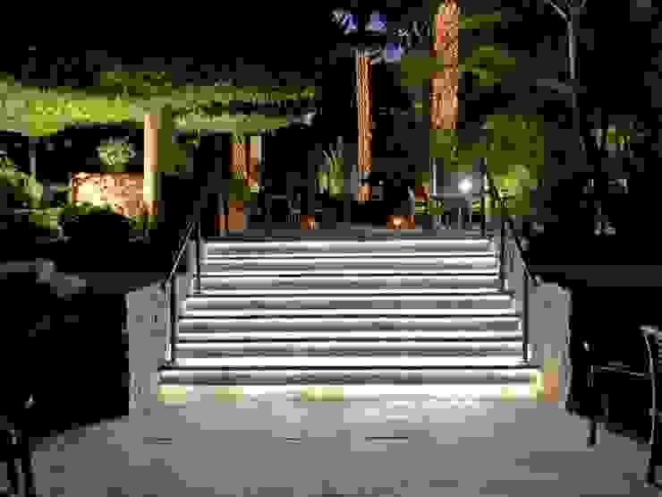 Escaleras iluminadas Balcones y terrazas de estilo moderno de RÖ   ARQUITECTOS Moderno Piedra