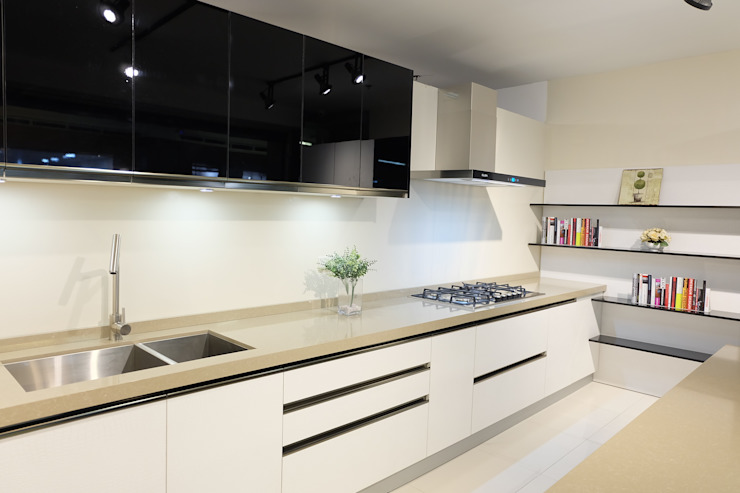 Elegant Black and White Kitchen: modern  by Ideal Home, Modern Plywood