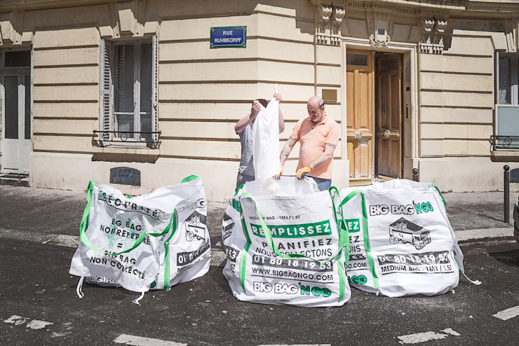 Les ouvriers remplissent les big bags 1m3 au pied du chantier Big Bag 'n Go
