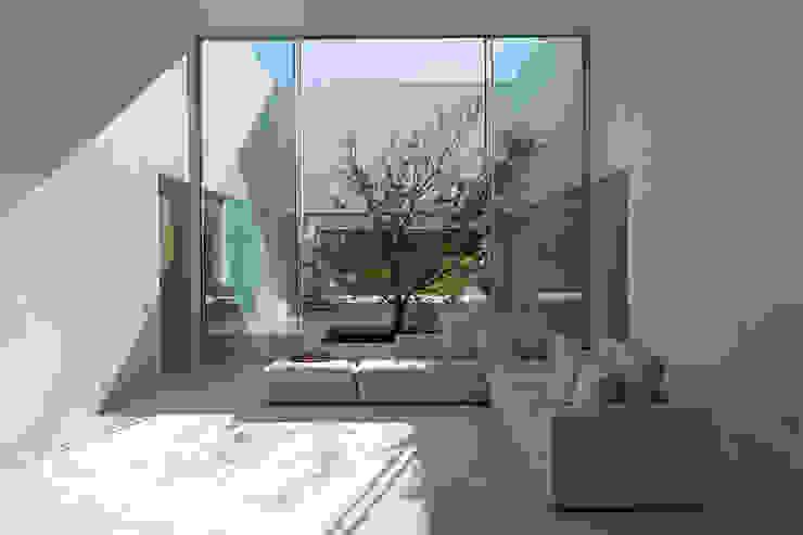 Estancia común y patio Salones de estilo mediterráneo de Otto Medem Arquitecto vanguardista en Madrid Mediterráneo