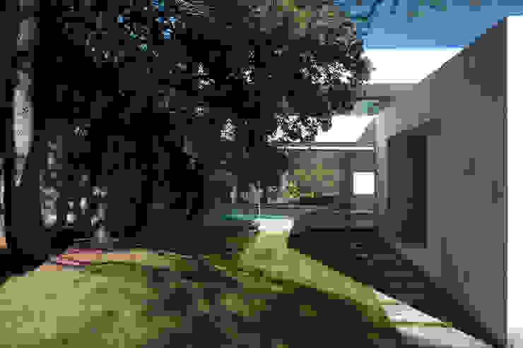 Fachada, piscina y jardín de Otto Medem Arquitecto vanguardista en Madrid Mediterráneo