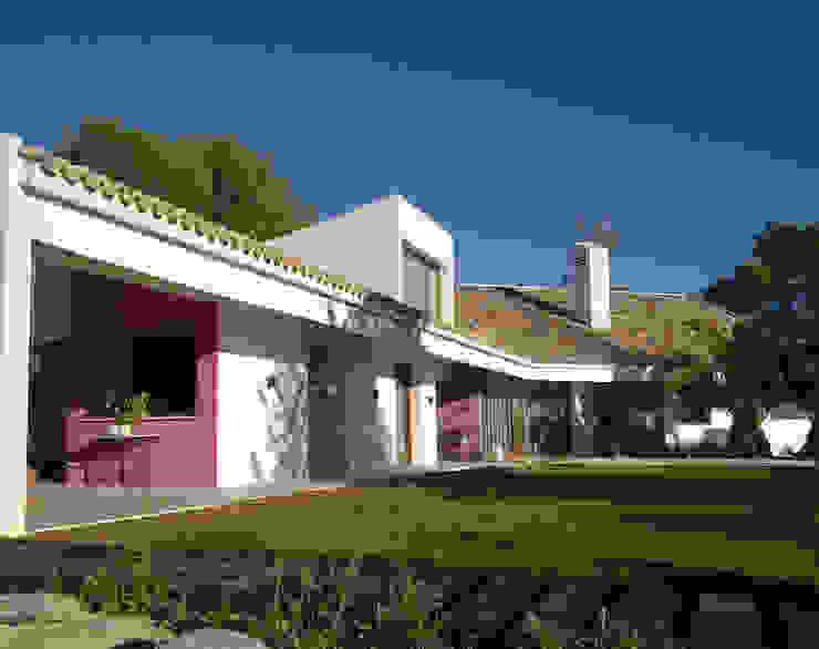 Fachada y jardín de Otto Medem Arquitecto vanguardista en Madrid Moderno