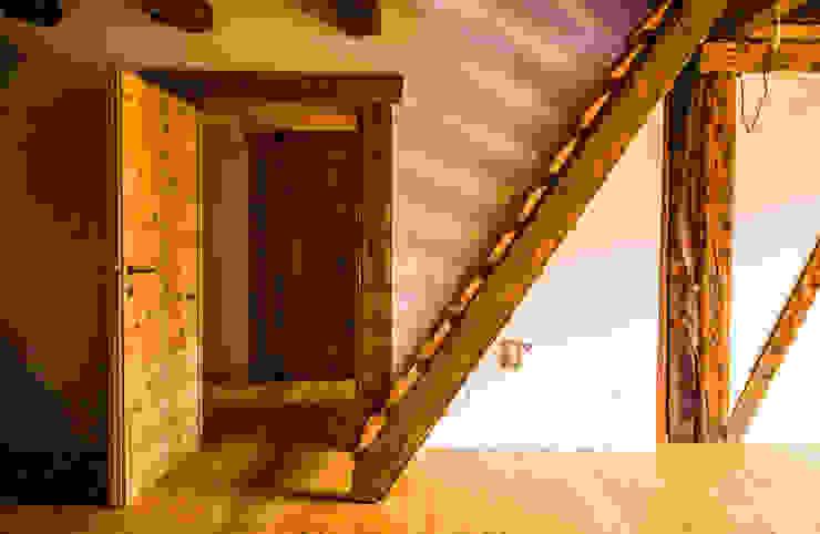 Salas de estilo rural de Monico Impianti Rural Madera Acabado en madera