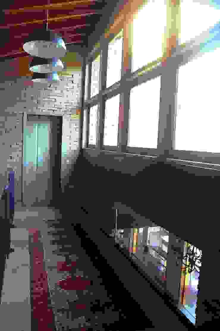 Couloir, entrée, escaliers rustiques par Mazorra Studio Rustique Briques