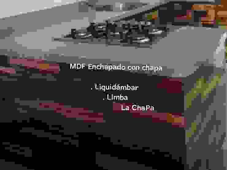 COCINA CON CHAPA DE MADERA NATURAL. Cocinas minimalistas de La ChaPa Minimalista Madera Acabado en madera
