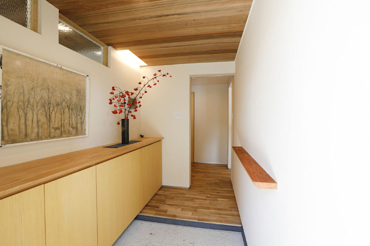 Asian style corridor, hallway & stairs by 光風舎1級建築士事務所 Asian Wood Wood effect