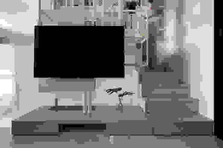構築。童框 现代客厅設計點子、靈感 & 圖片 根據 質覺制作設計有限公司 現代風