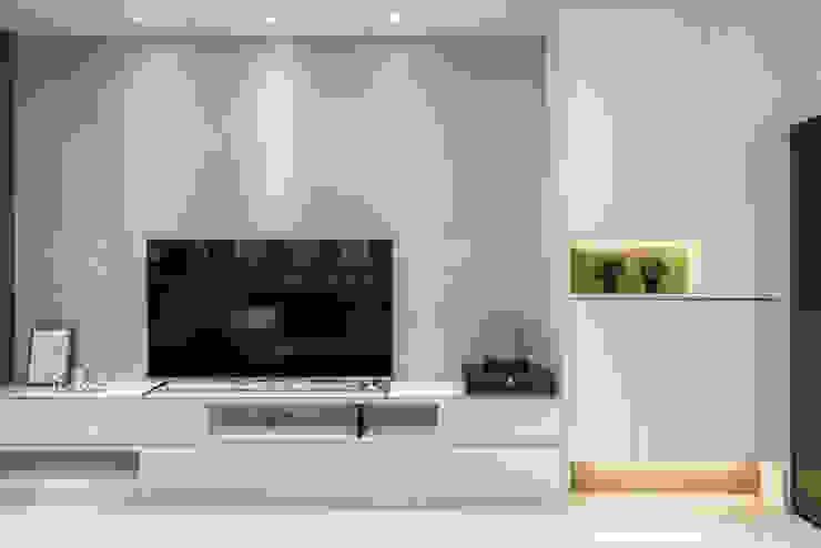 福馨開發/優活2 –稻城青澗 现代客厅設計點子、靈感 & 圖片 根據 SING萬寶隆空間設計 現代風