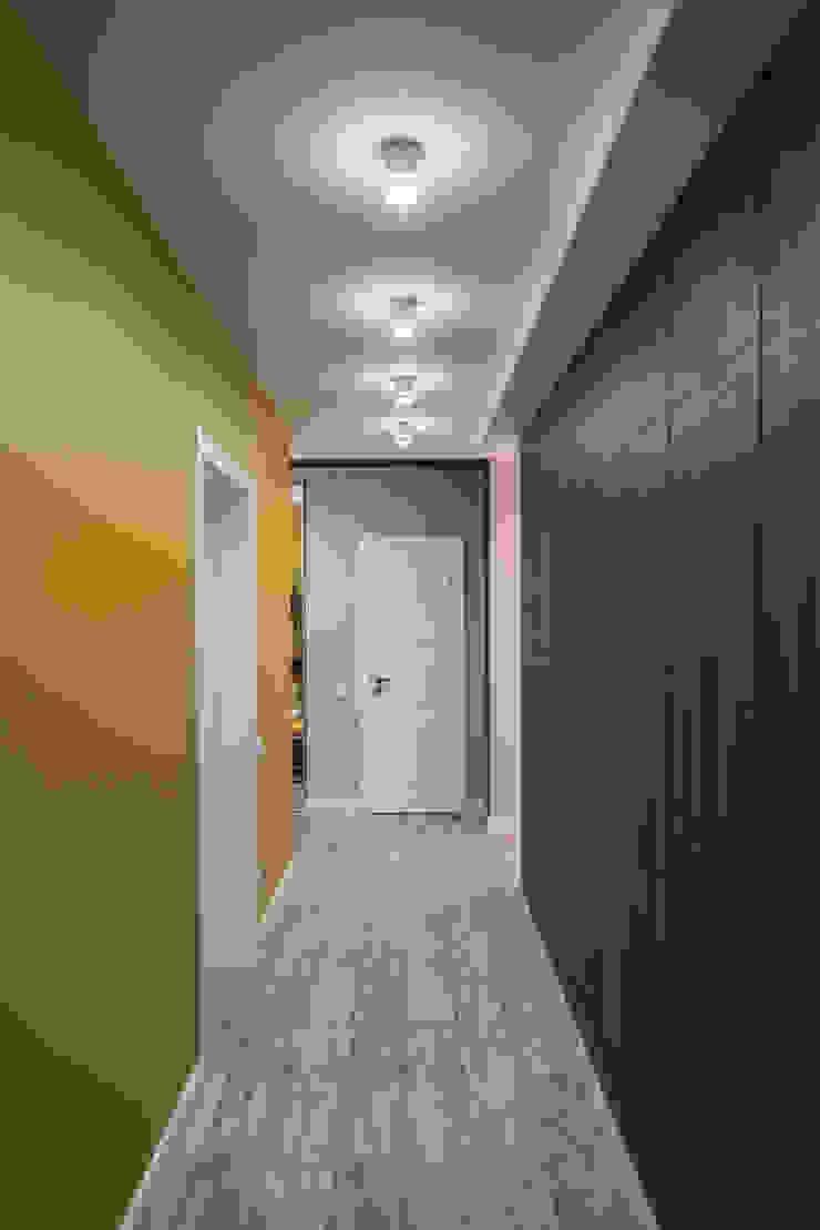 YOUR PROJECT Minimalist corridor, hallway & stairs Yellow