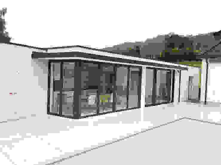 Poolhaus mit Aluminium Faltwand Sunflex Typ SF 55 Moderne Häuser von Schmidinger Wintergärten, Fenster & Verglasungen Modern Aluminium/Zink
