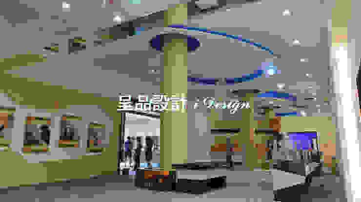 Centros de exposições modernos por 呈品設計 Moderno