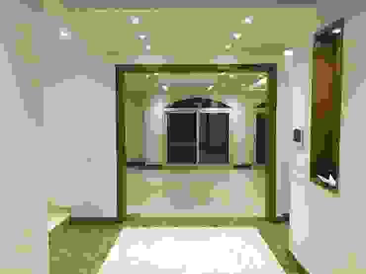 Pasillos, vestíbulos y escaleras de estilo moderno de lifestyle_interiordesign Moderno
