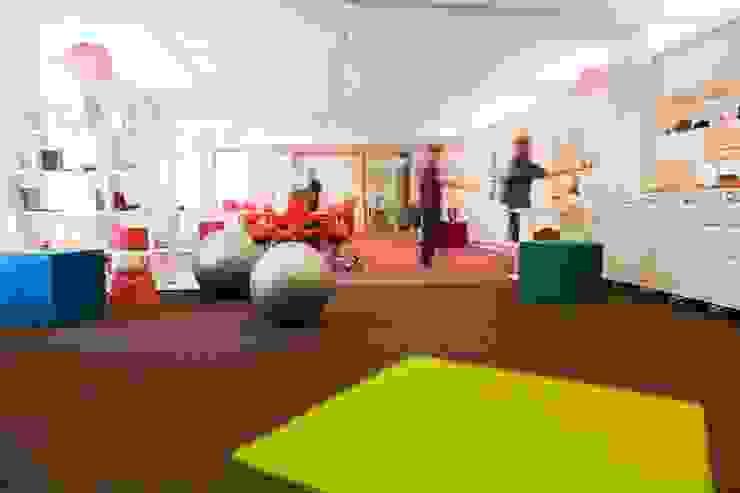 WORKSHOPFLÄCHE Moderne Bürogebäude von _WERKSTATT FÜR UNBESCHAFFBARES - Innenarchitektur aus Berlin Modern