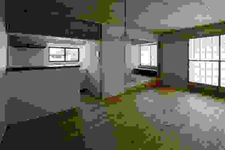 葛飾区T邸 オリジナルデザインの リビング の スタジオ・スペース・クラフト一級建築士事務所 オリジナル 無垢材 多色