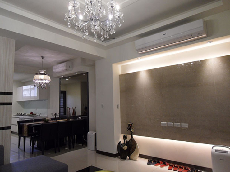 客廳電視牆使用大裡石,賦予尊榮奢華的時尚氣勢 现代客厅設計點子、靈感 & 圖片 根據 雅和室內設計 現代風