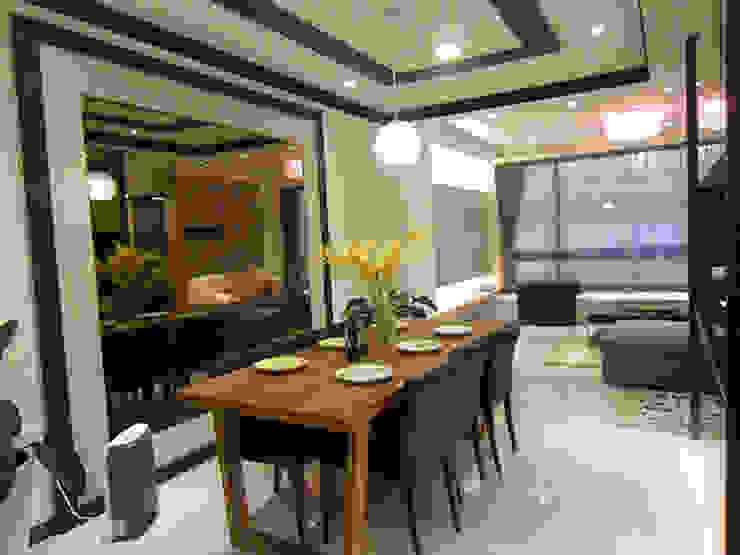 餐桌旁的大片鏡面,藉由反射無形中讓公共領域呈現比實際面積更廣闊的視覺效果 根據 雅和室內設計 現代風