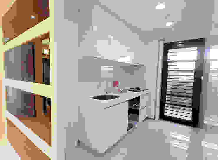 時尚空間華麗轉身 現代廚房設計點子、靈感&圖片 根據 雅和室內設計 現代風