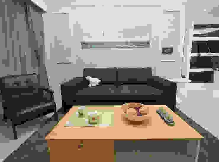 時尚空間華麗轉身 现代客厅設計點子、靈感 & 圖片 根據 雅和室內設計 現代風