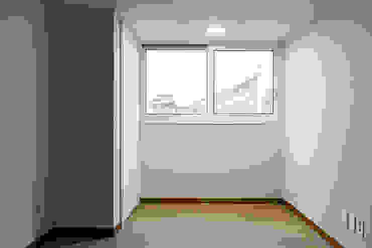 Salas de entretenimiento de estilo moderno de 곤디자인 (GON Design) Moderno