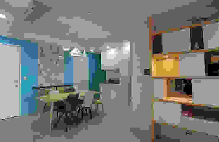 搭配實木餐桌、餐椅、局部大理石 根據 雅和室內設計 現代風