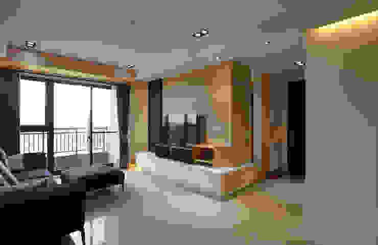電視牆後方區隔出隱密的書房 現代風玄關、走廊與階梯 根據 雅和室內設計 現代風