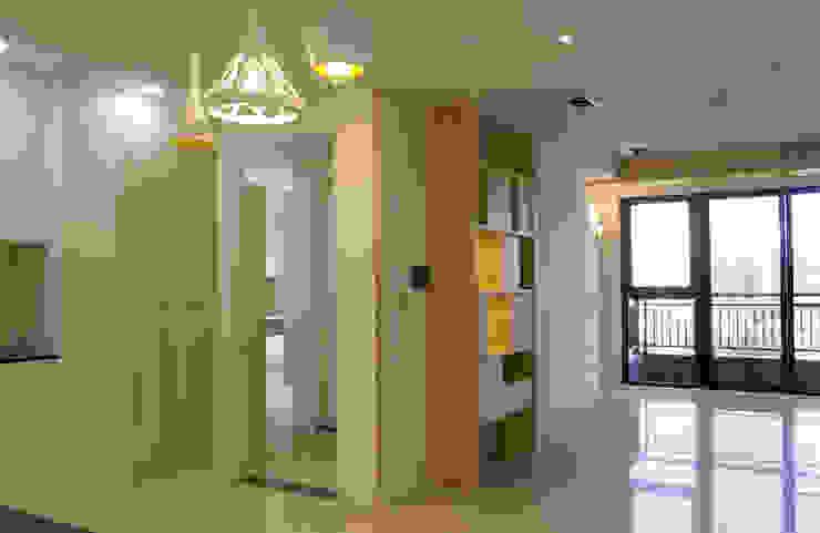 加入溫暖的木質調性 現代風玄關、走廊與階梯 根據 雅和室內設計 現代風