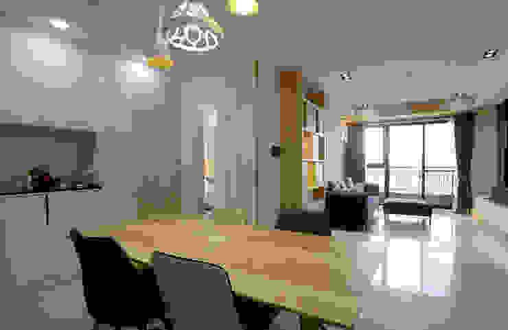 公領域呈現開放式格局,串聯客廳與餐廳的交流互動 现代客厅設計點子、靈感 & 圖片 根據 雅和室內設計 現代風
