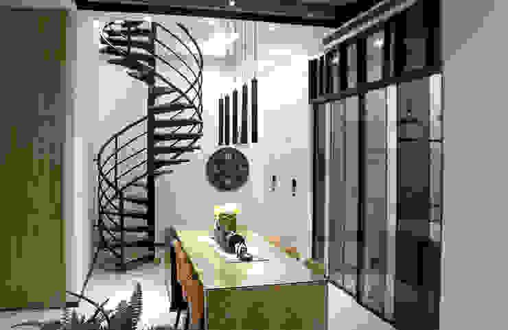 通往二樓空間利用迴旋梯結構連貫上下機能,透過線性元素,更添優雅氛圍。 根據 雅和室內設計 現代風