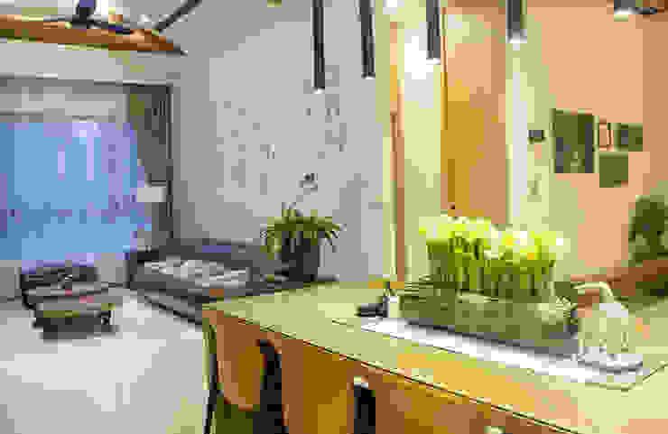 一樓客、餐廳空間以開放方式表現,效果鋪陳立面,機能更便利。 根據 雅和室內設計 鄉村風