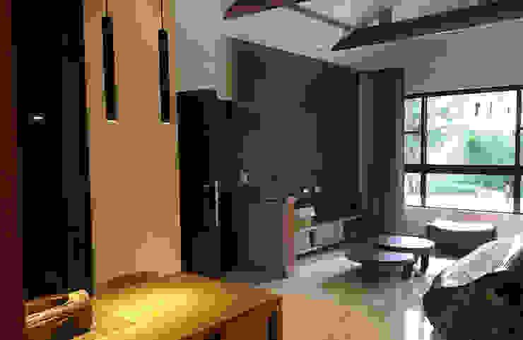 挑高空間的主牆面 现代客厅設計點子、靈感 & 圖片 根據 雅和室內設計 現代風